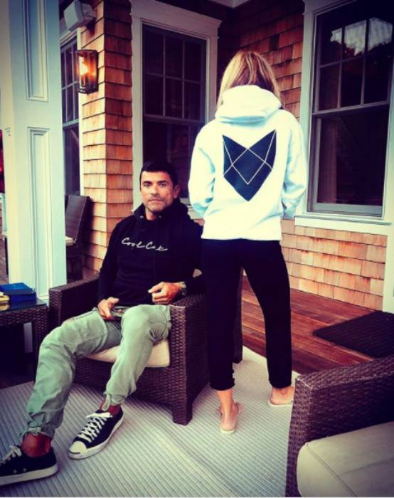 kelly-ripa-mark-consuelos-inside-home
