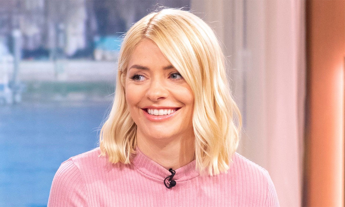 holly-willoughby-pink-top