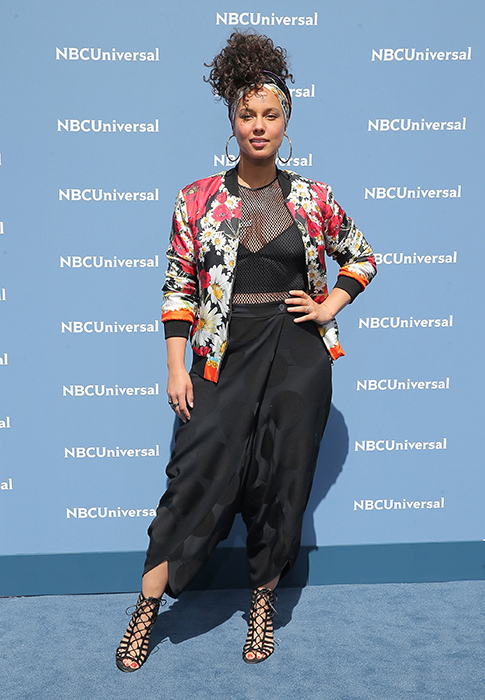 alicia keys pens essay on confidence and the power of going makeup  alicia keys has opened up about her insecurities