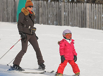 Princess Maxima takes advantage of Argentine winter to ski with the girls