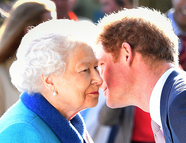 harry-kissing-queen-
