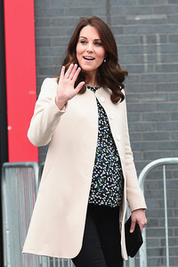 kate-middleton-hobbs-baby-bump-side