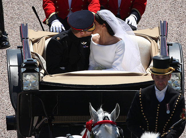 meghan-markle-wedding-kiss-carriage