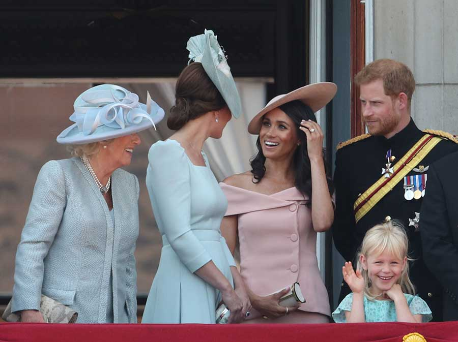 kate-meghan-markle-chatting-balcony