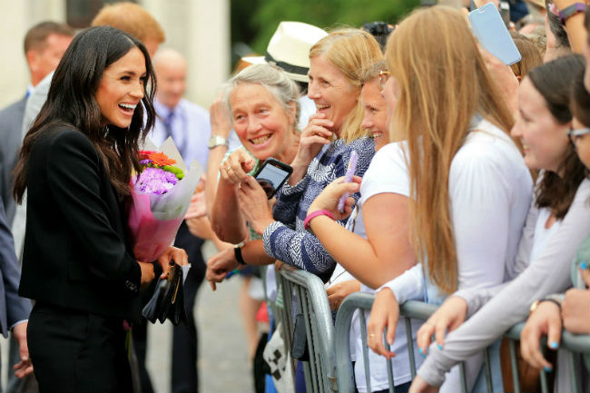 meghan-markle-with-fans-ireland