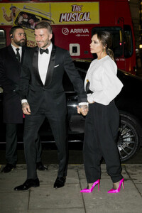 david-victoria-beckham-hold-hands