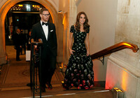 kate-arriving-gallery-entrance