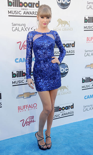 For the 2013 Billboard Music Awards in Las Vegas, Taylor matched the blue carpet in a short, sparkling cocktail dress by Zuhair Murad and a seriously sexy pair of Jimmy Choos.