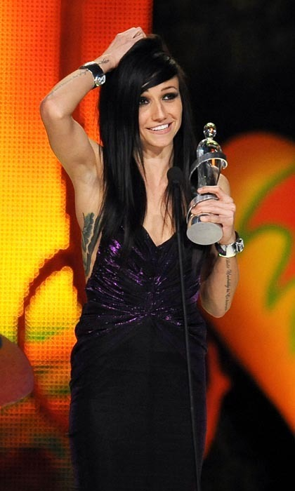 <p>A humble LIGHTS accepted her award for New Artist of the Year at the 2009 Junos with an adorable hair scrunch. Yes, you!</p>