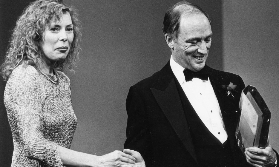 <p>Prime Minister Pierre Trudeau had a starstruck moment when he awarded a place in the Hall of Fame to singer Joni Mitchell at the 1981 Junos.</p>