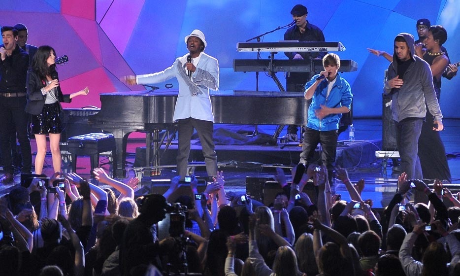 "<p>Nikki Yanofsky, K'naan, Justin Bieber and Drake sang the absolutely viral ""Waving Flag"" as a quartet at the 2010 Juno Awards.</p>