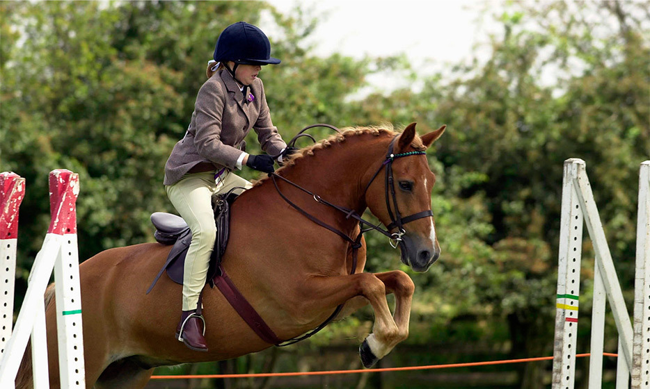A keen equestrian from a young age, Beatrice rode her pony Del Boy at a horse show in 2000. 