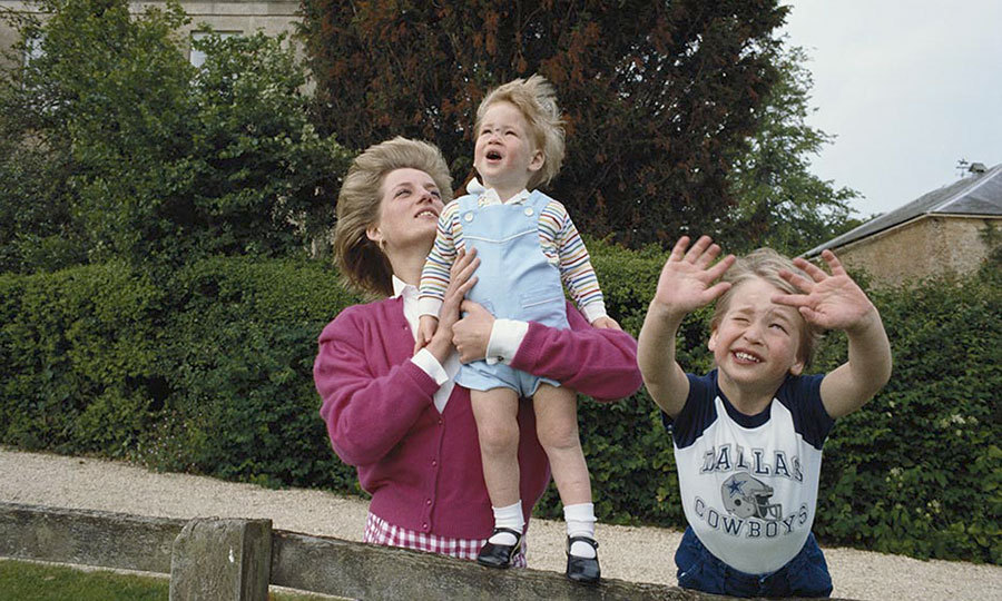 <p>Princes William and Harry were photographed with their mother in the garden of Highgrove House in Gloucestershire in 1986 – and yes, William was wearing a Dallas Cowboys T-shirt!</p>