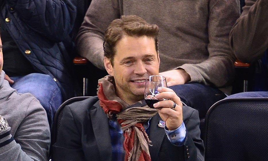Hockey has a reputation as a sport with loud, brutish fans, but Jason Priestly proved at a game in 2014 that the sport can be very refined, indeed. Jason caught a playoff game between the New York Rangers and Pittsburgh Penguins, beating the chill with a dapper scarf and sipping a glass of red wine. (Image: James Devaney/Getty Images)