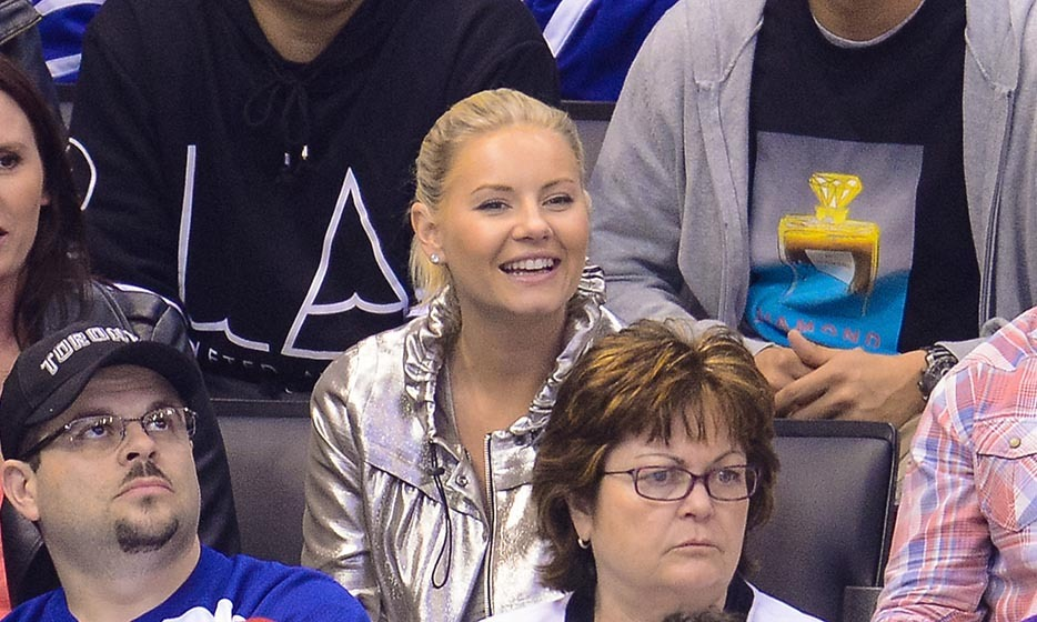 Elisha Cuthbert is a hardcore hockey fan. But can you blame her? After all, her husband, Dion Phaneuf, plays for the Ottawa Senators.