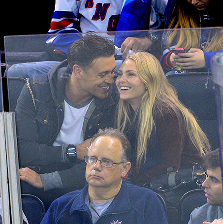 'The Carrie Diaries' star AnnaSophia Robb could melt the ice with the cute PDA display she put on with boyfriend Adam Cobb at the Oct. 12 match between the Toronto Maple Leafs and the New York Rangers. (Photo: James Devaney/GC Images)
