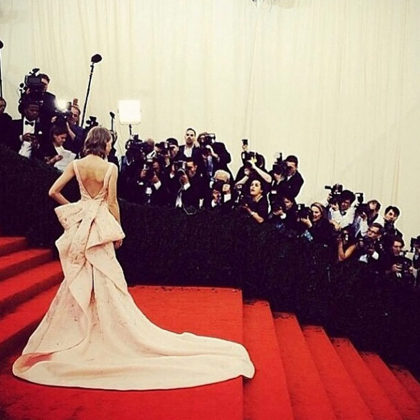 "Taylor Swift: ""My all-time favorite designer has passed away. Oscar, it was an honor to wear your creations and to know you. In loving memory."" Photo: © Instagram"