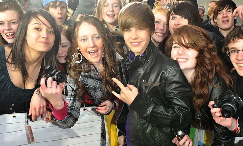 Justin greeted throngs of fans on CTV's Red Carpet at the 2010 Juno Awards, where he was nominated for New Artist of the Year (he lost out to Toronto rapper Drake). 