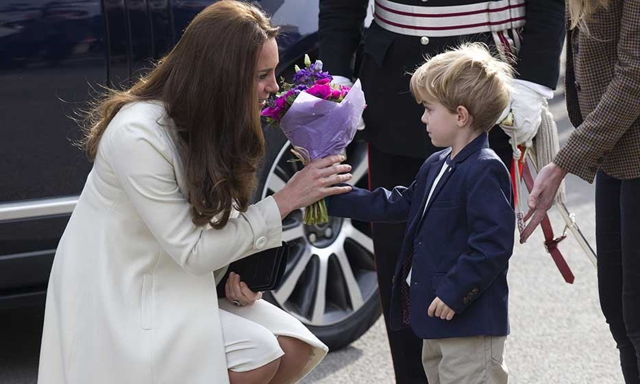 Pregnant Kate received flowers from actor Zac Barker on the set of British television series 'Downton Abbey.'