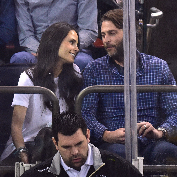 Actress Jordana Brewster and her producer hubby Andrew Form were on hand to watch the Pittsburgh Penguins beat the New York Rangers by one point in the playoffs. (Photo: Getty Images)