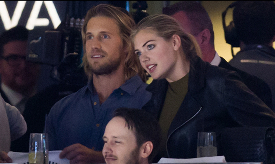 Model and actress Kate Upton heated up the Canucks game in Vancouver on Thursday (April 23, 2015), where she and fellow actor William H. Macy were caught waving towels on the Jumbotron! (Photo: Sportsnet)