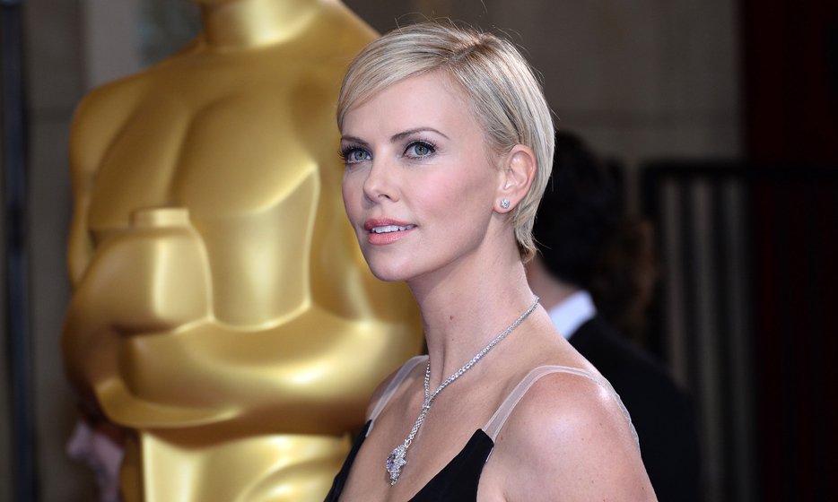 Charlize evoked the classic 1960s look of British supermodel Twiggy at the Academy Awards in 2014. Photo: © Getty Images