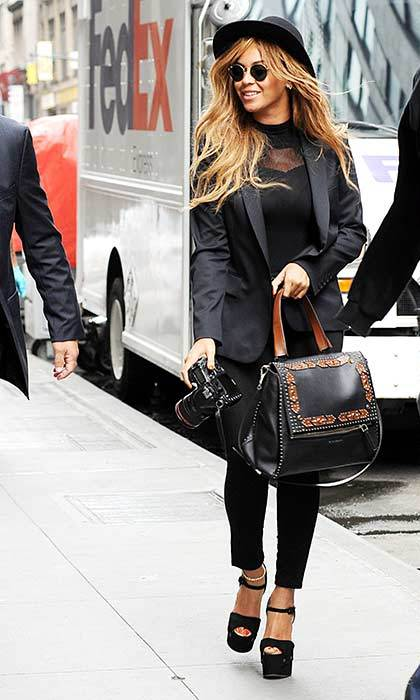 Looking effortlessly cool in an all-black ensemble during a day out in Midtown Manhattan.