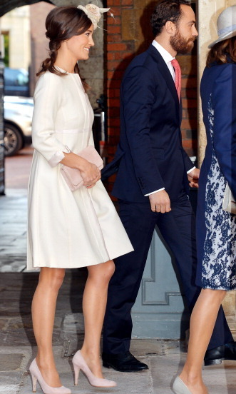 SHE KNOWS HOW TO ACCESSORIZE: