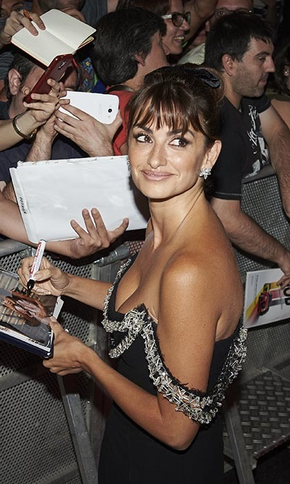 Penelope Cruz signs autographs at the Madrid premiere of her latest film 'Ma Ma.'