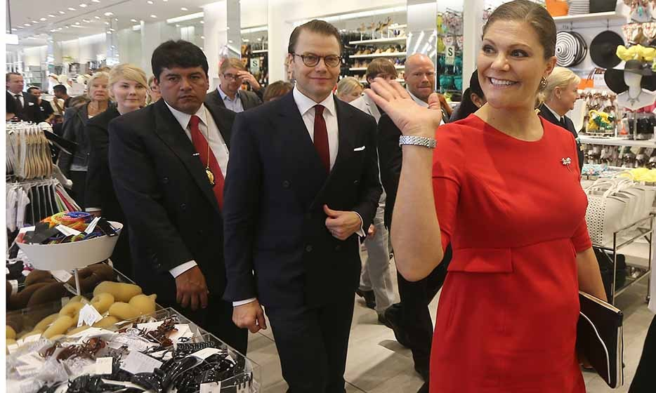 On a South American visit, pregnant Princess Victoria couldn't help but stop into an H&M in Lima, Peru to check out the new Balmain collection on Oct. 19.