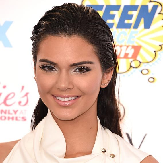 Wearing her hair in a slicked back wet look style, paired with frosty eyeshadow for a statement red carpet look at the Fox Teen Choice Awards.