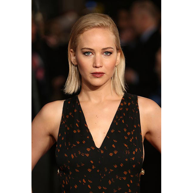 Showing off her beauty credentials with a poker straight slicked-back hairstyle, a slick of pale-red lipstick and a hint of eyeliner for <em>The Hunger Games: Mockingjay Part 2</em> première in London.