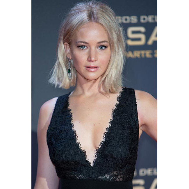 Showing off her new platinum hair colour by pairing it with a classic winged eyeliner look for the <em>Hunger Games</em> première in Madrid.<br>