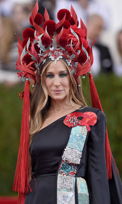 <p>Sarah Jessica Parker's chariot awaits her as she rocks a Philip Treacy headpiece, and shoes from her very own SJP collection.</p>