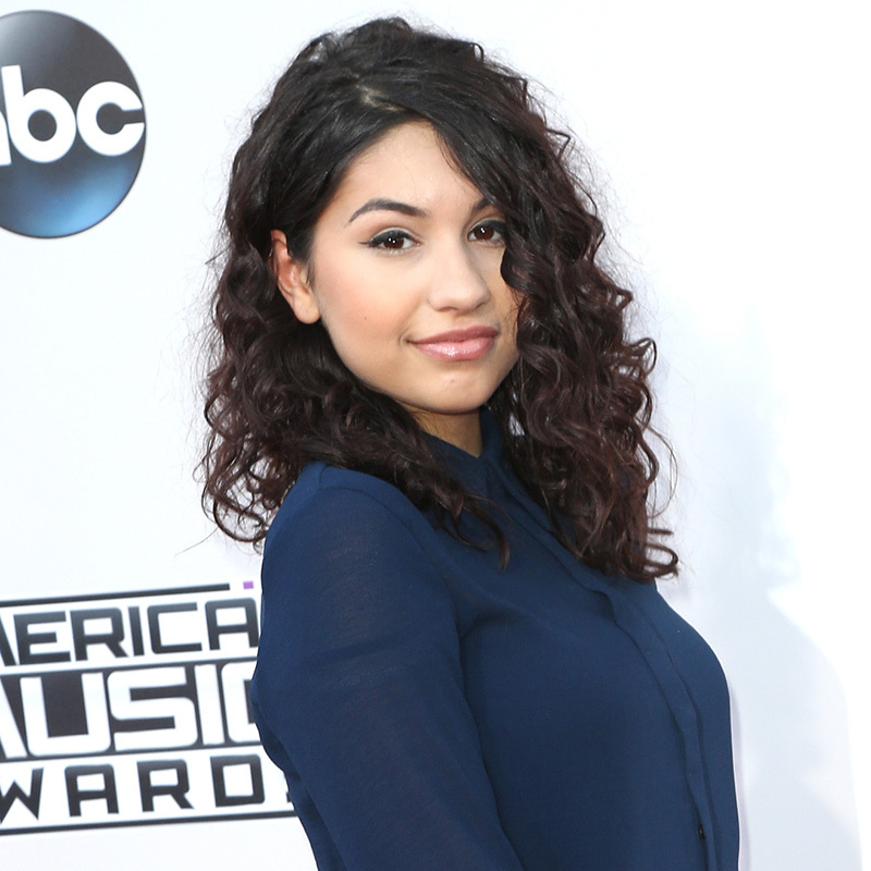 <p>Canadian music's current sweetheart <b>Alessia Cara</b> attended her first American Music Awards with her brown tendrils parted to the side, a black cat eye and glossy pink lips.</p> 