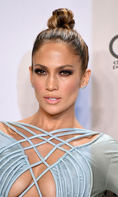 <p><b>Jennifer Lopez</b> was as smouldering as ever with her brunette tresses swept into a chic top knot, paired with dramatic smokey eye make-up and long lashes.</p>
