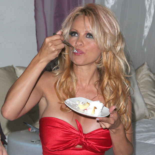 <p>Canadian bombshell Pamela Anderson digs into a vanilla confection. </p>