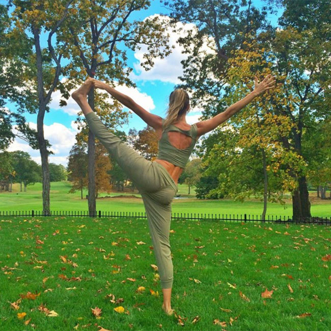 Gisele Bündchen favours exercising outside, whether she's meditating and practising yoga or working on her core to maintain her world-famous abs. (@gisele)