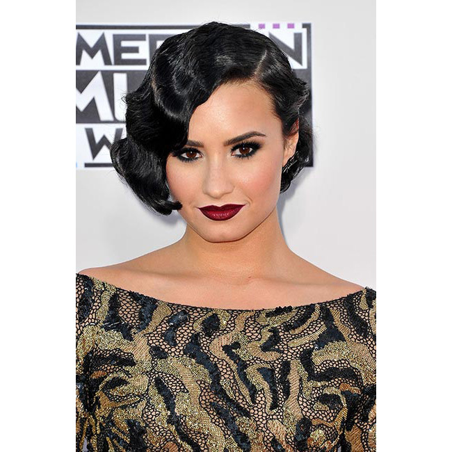 <strong>Demi Lovato</strong> channelled the 1920s with her dark smokey eyeshadow and her glossy black locks styled into finger waves – and the deep ruby red lips only served to add to the sultry effect.<br>