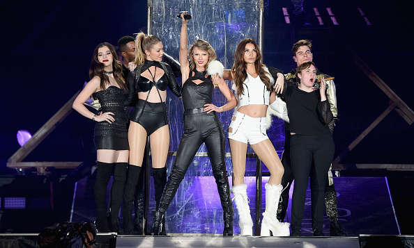 <b>T... Taylor Swift</b>