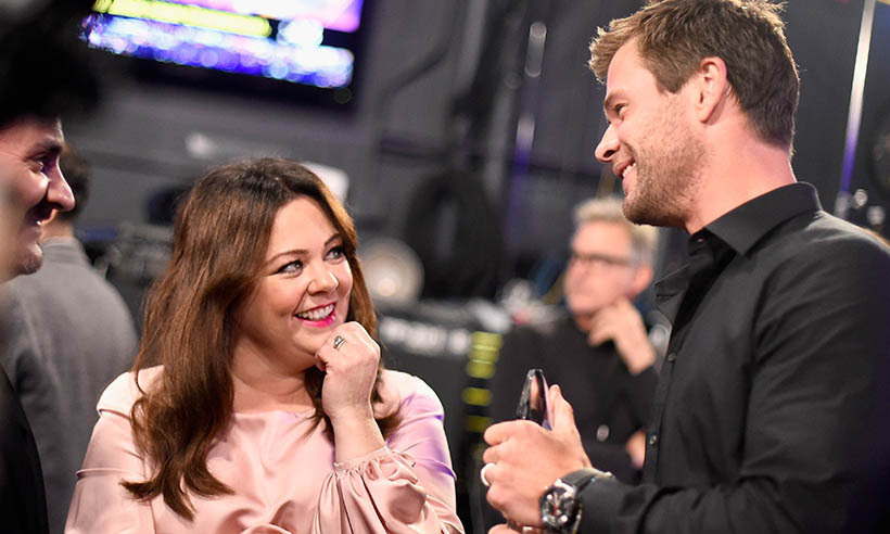 Funny girl Melissa McCarthy chatted up Aussie actor Chris Hemsworth at the People's Choice Awards on Jan. 6. <em>The Avengers</em> star won the award for Favourite Action Movie Actor.