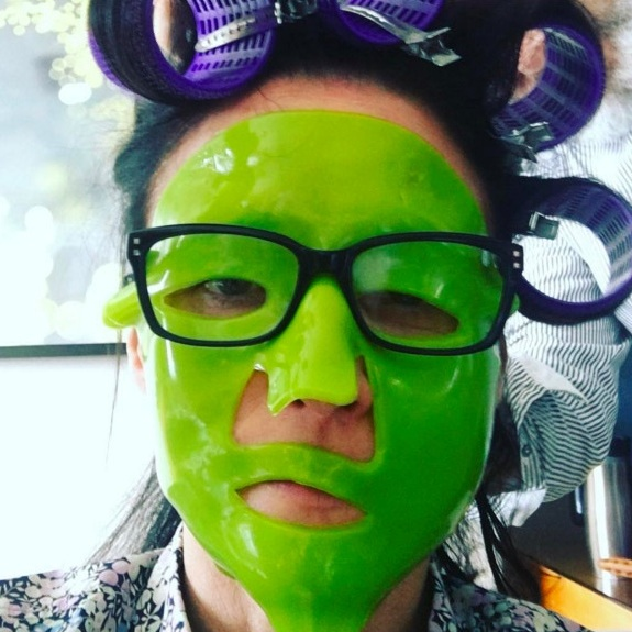 Julia Louis-Dreyfus showed off her sense of humour and her beauty mask before hitting the red carpet.