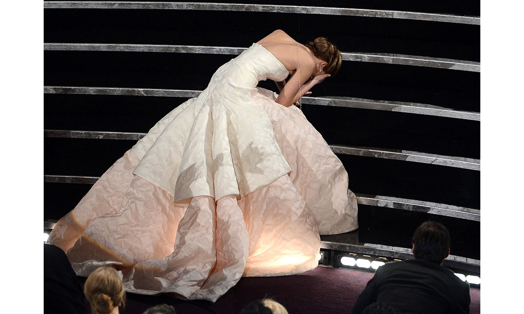 <strong>Jennifer Lawrence shows us how to fall</strong>