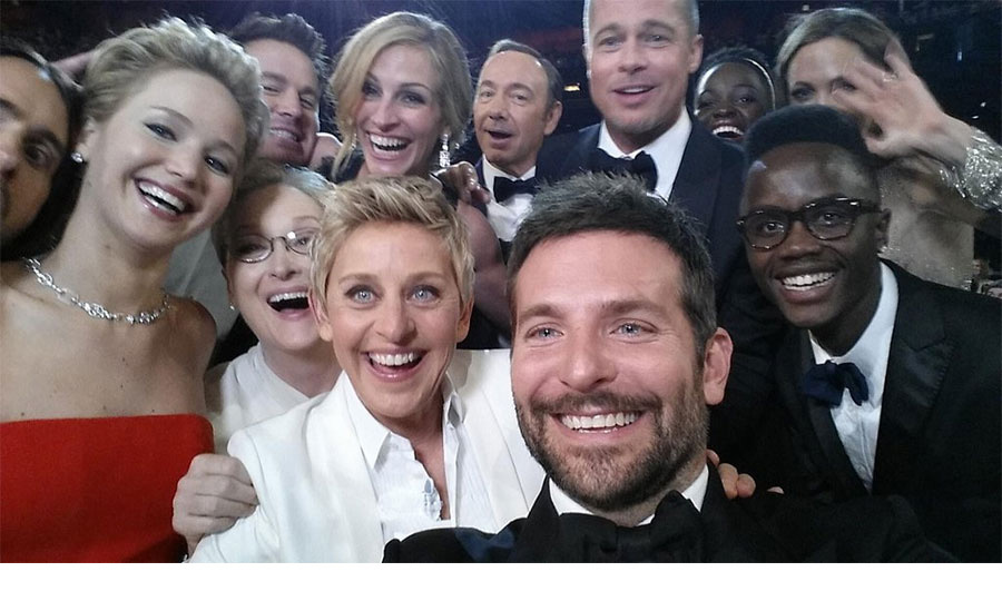 <strong>Ellen DeGeneres sets up a starry selfie</strong>