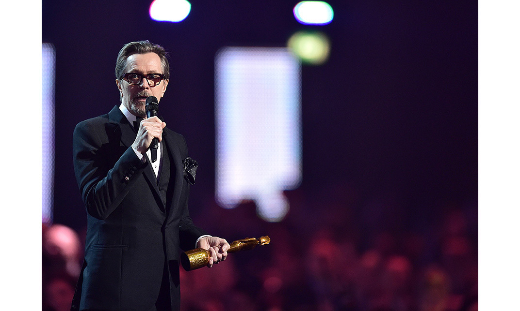 <strong>Gary Oldman gives a moving speech to David Bowie
