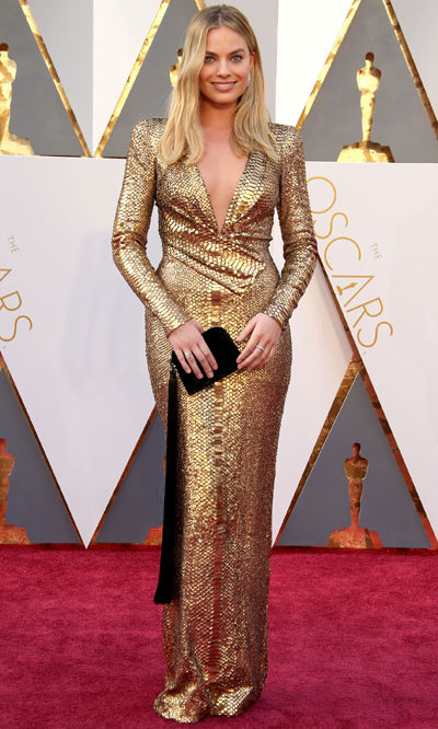 There were tons of amazing looks on the Oscars 2016 red carpet. But we couldn't take our eyes off Margot Robbie - the actress looked showstopping, almost like an Oscar statuette herself, in a divine gold sequin Tom Ford gown...