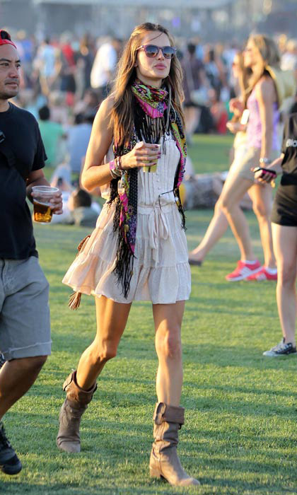 In 2011, Victoria's Secret model Alessandra Ambrosio brightened up her cream dress by adding a colourful scarf.
