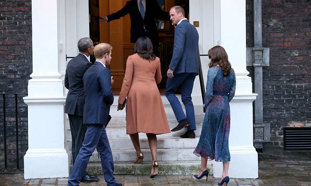 The President, first lady and royal trio made their way into the palace for what is sure to be a fun dinner.