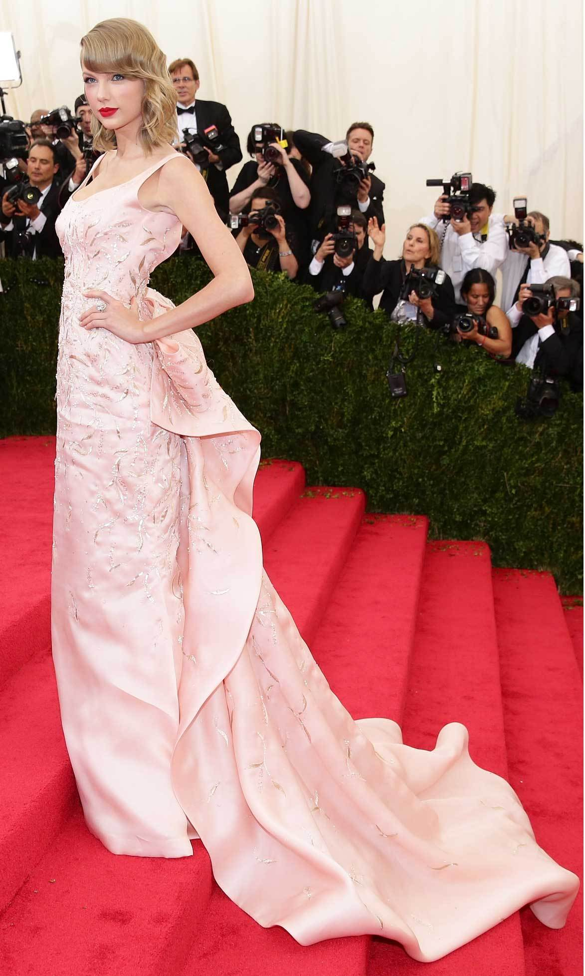 <strong>2014, Charles James: Beyond Fashion</strong><br>Taylor Swift, Oscar de la Renta