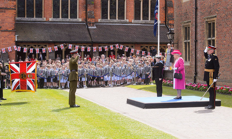 The Queen unveiled a plaque marking the school's 475th anniversary.